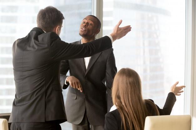أسباب تجعلك غير سعيد في العمل : أنت تكره زملائك في العمل
