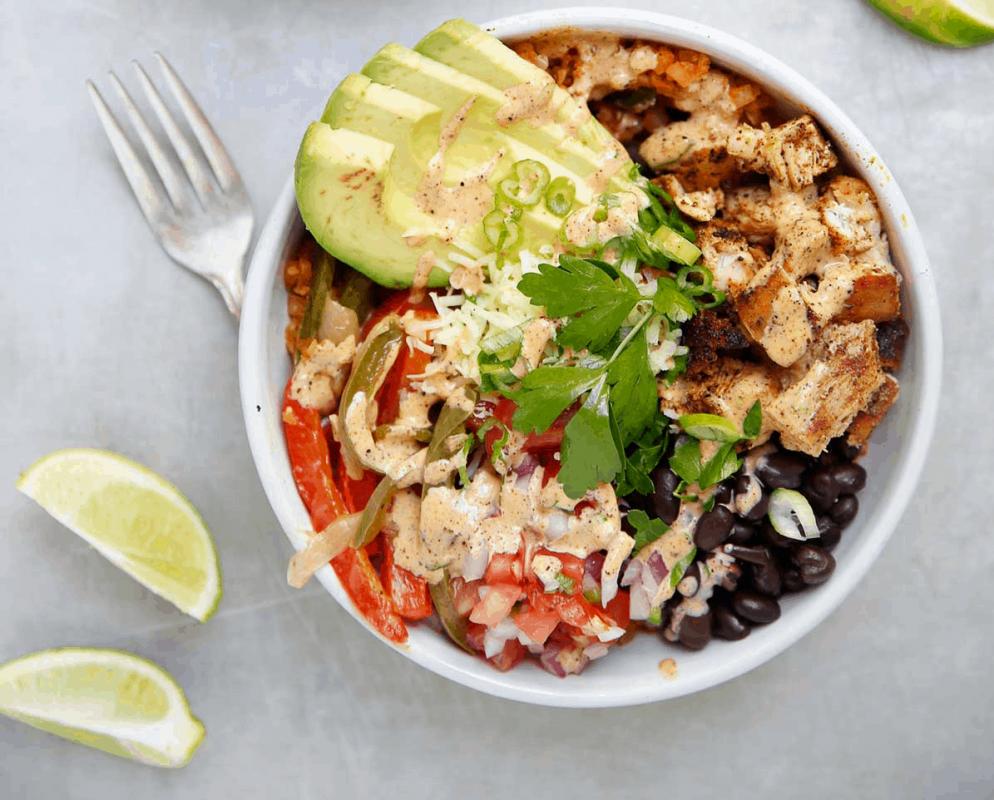 أطعمة صحية لتخفيف الوزن : سلطة الخضروات بالأفوكادو