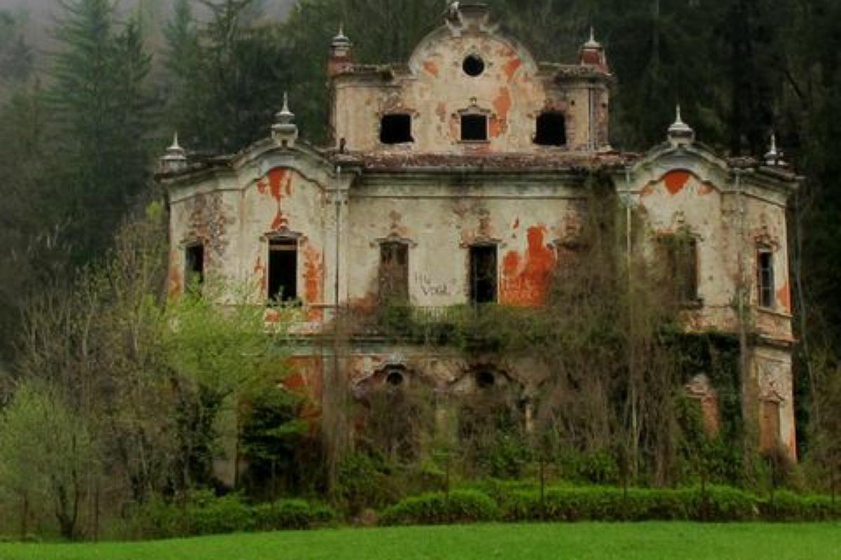 قصر في بحيرة كومو بإيطاليا