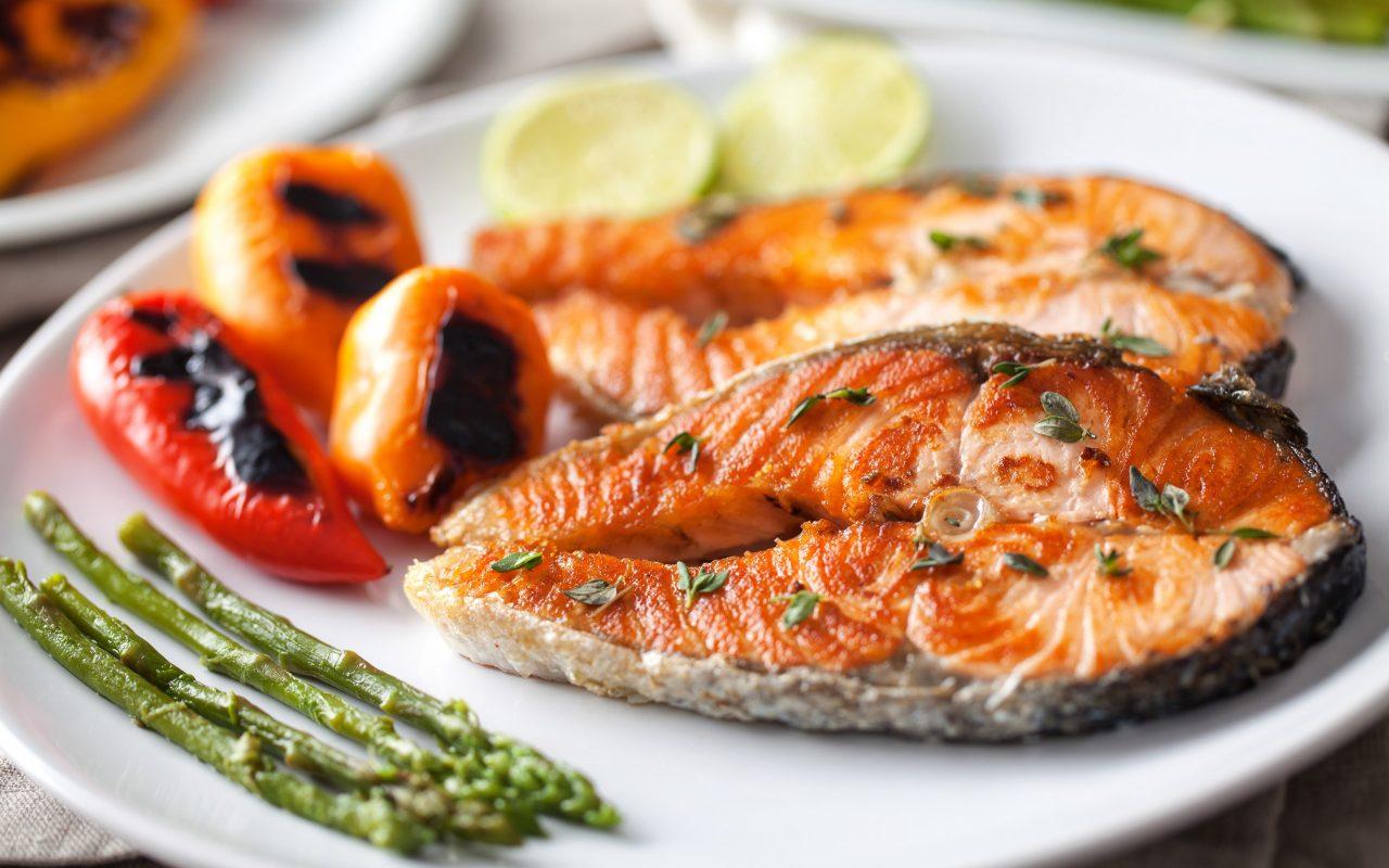 الأطعمة الغنية بفيتامين ب 12 : سمك السلمون