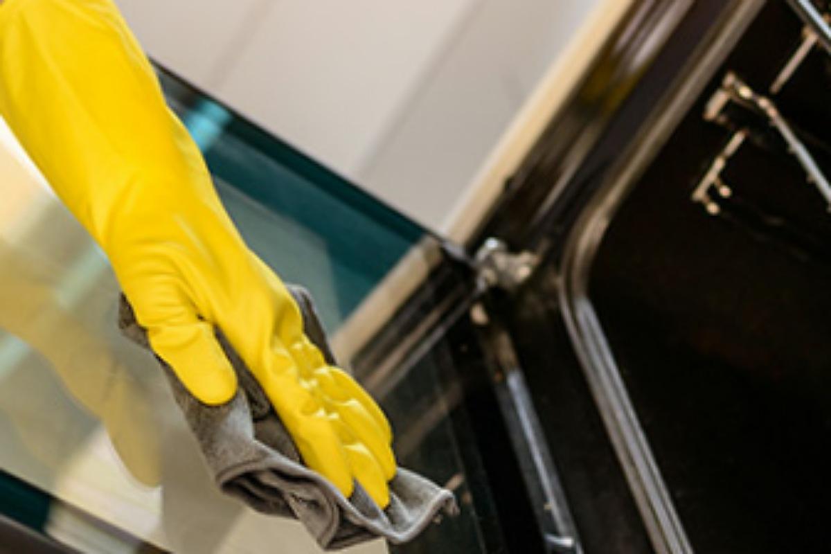 استخدم الأمونيا لتنظيف زجاج البوتاجاز