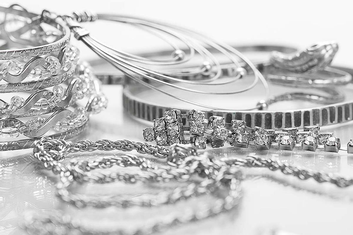 استخدم الأمونيا لإزالة البقع من النحاس أو الفضة