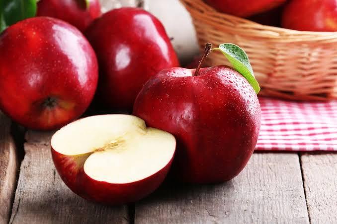 الأطعمة الغنية بـ فيتامين ب ٢ : التفاح