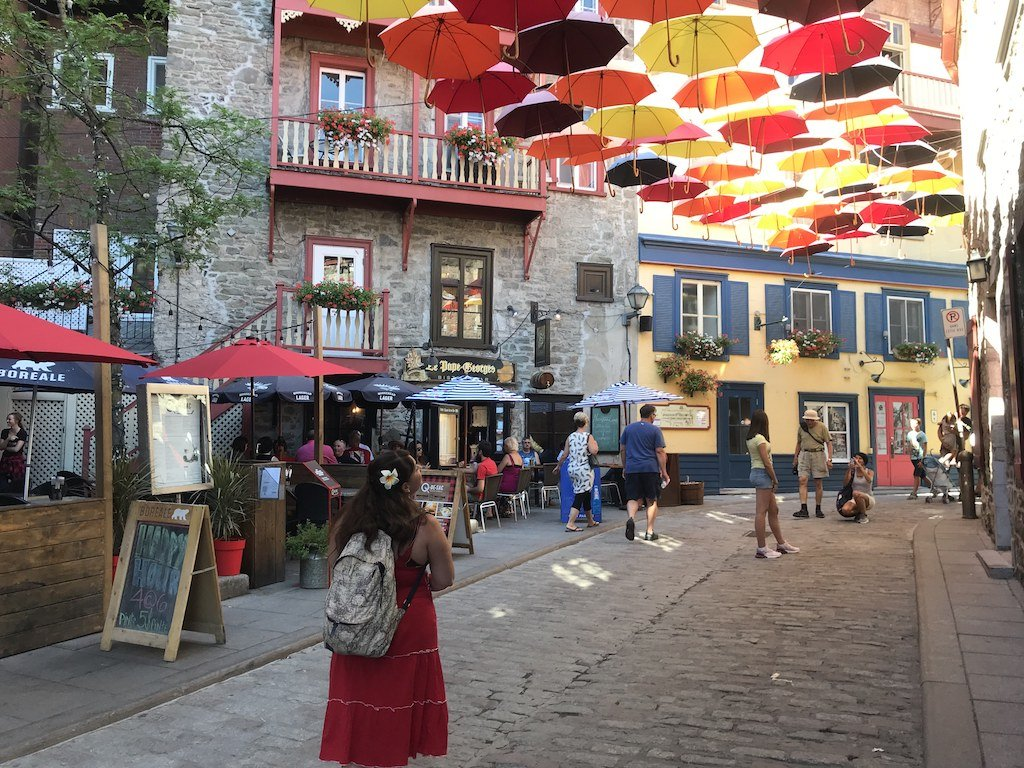 شوارع مزينة بالمظلات حول العالم : شارع الحي القديم - مدينة كيبيك - كندا