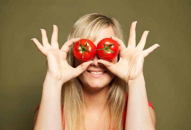 فوائد الطماطم علي العين