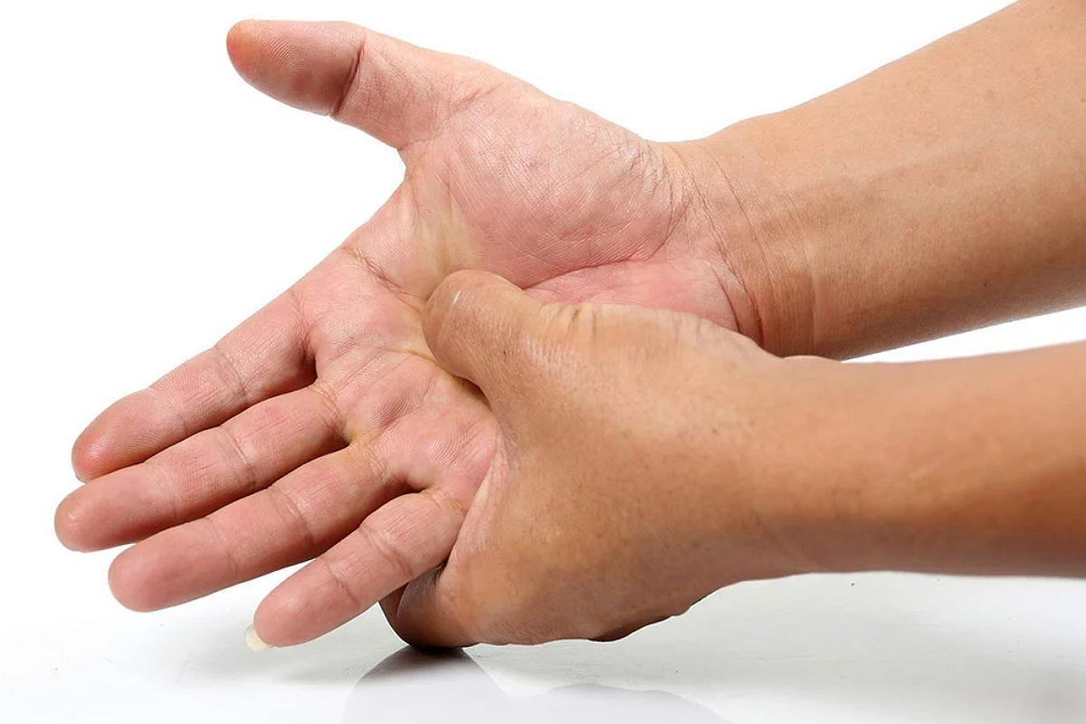 الضغط على يدك
