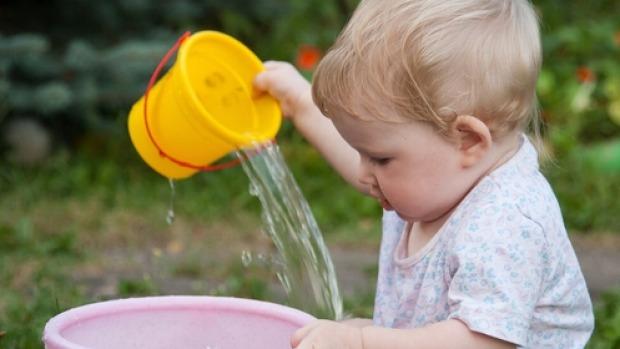 اللعب بالماء للأطفال