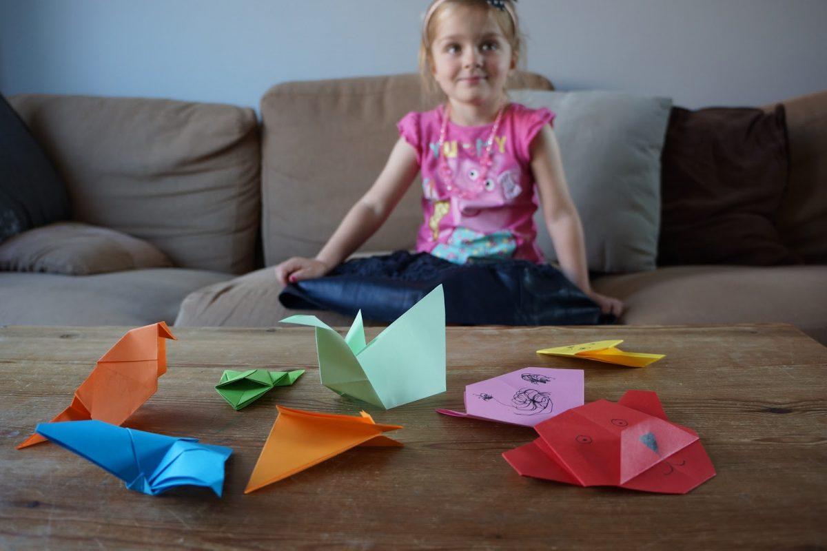 اللعب بالورق من أفضل أنشطة ترفيهية للأطفال