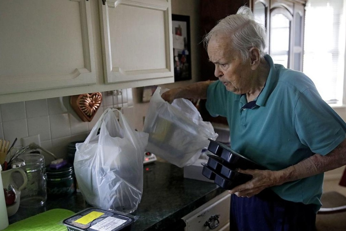 طرق العناية بالوالدين المسنين خدمة توصيل الطلبات إلى المنزل