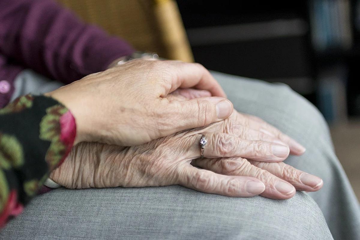 طرق العناية بالوالدين المسنين
