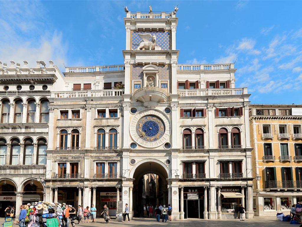 برج الساعة من أشهر الأماكن السياحية في البندقية إيطاليا