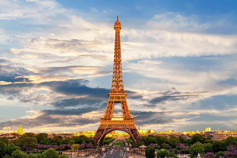 برج ايفل من أشهر الأماكن السياحية في باريس فرنسا