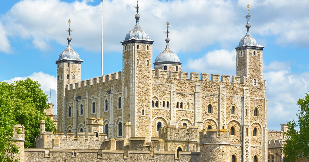 برج لندن من أشهر الأماكن السياحية في لندن إنجلترا