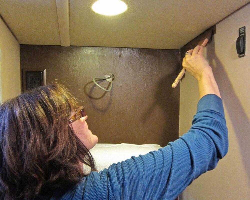 ترميم وطلاء حوائط المنزل