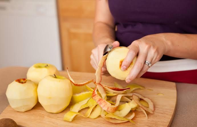 تقشير بعض حبيبات التفاح