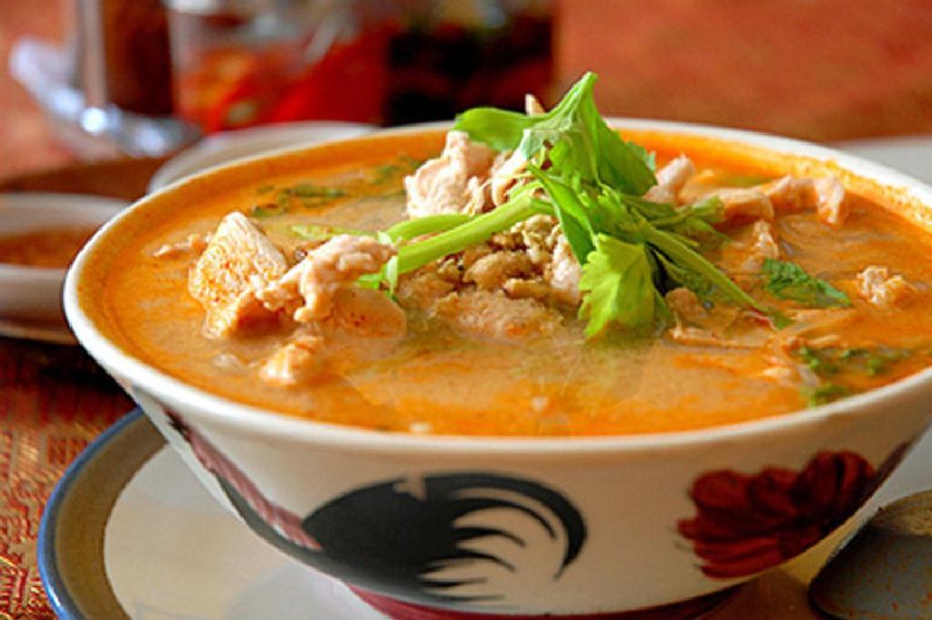 حساء الكاري من أشهر الأكلات في تايلاند