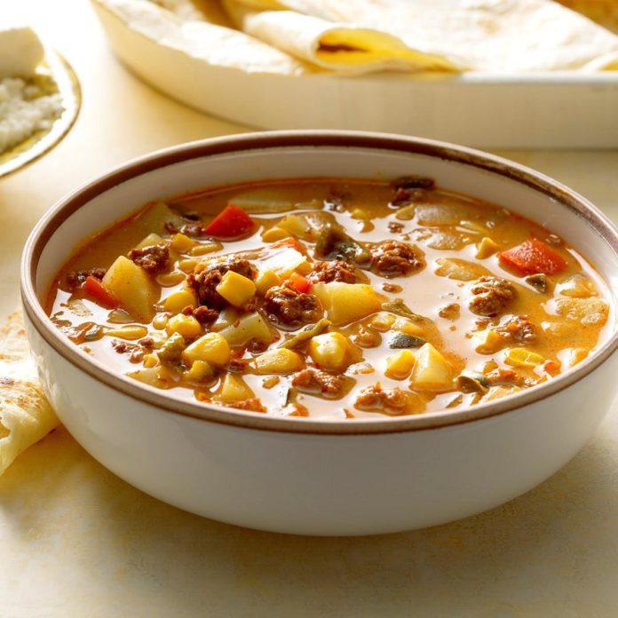 حساء شرائح اللحم والذرة المكسيكية من أشهر أنواع الحساء المكسيكي