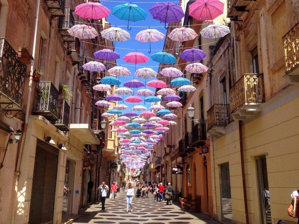 شوارع مزينة بالمظلات حول العالم : إغليسياس - سردينيا - إيطاليا