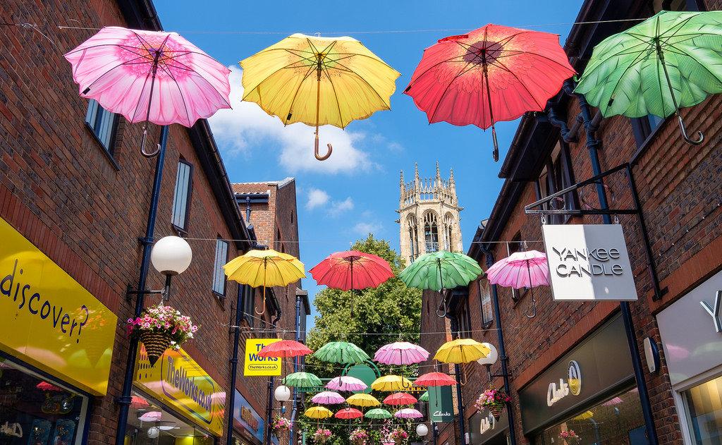 شوارع مزينة بالمظلات حول العالم : مركز كوبرجيت - يورك - إنجلترا