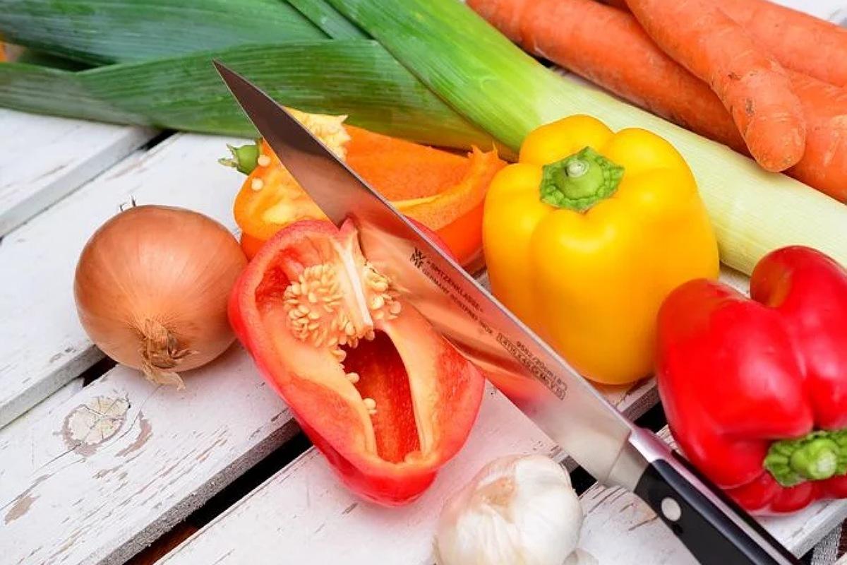 للحفاظ علي صحة القلب : تناول الخضروات النيئة أثناء إعداد العشاء