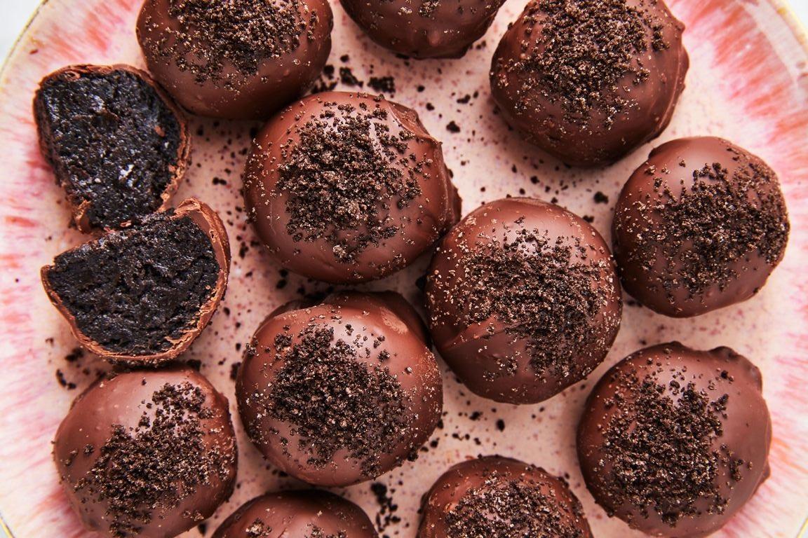 طريقة عمل كرات الأوريو بالشوكولاتة