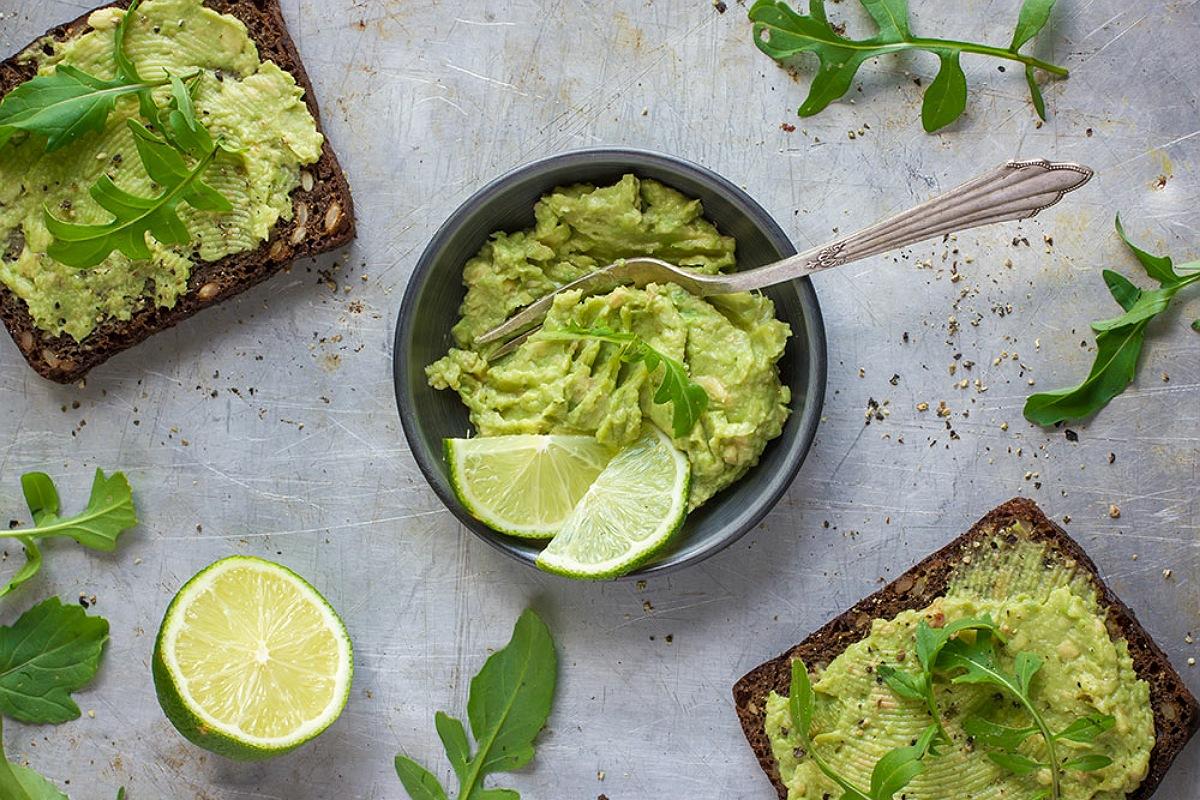 أفضل الأطعمة لبشرة صحية و مشرقة : تناول الأفوكادو للحصول على بشرة صحية