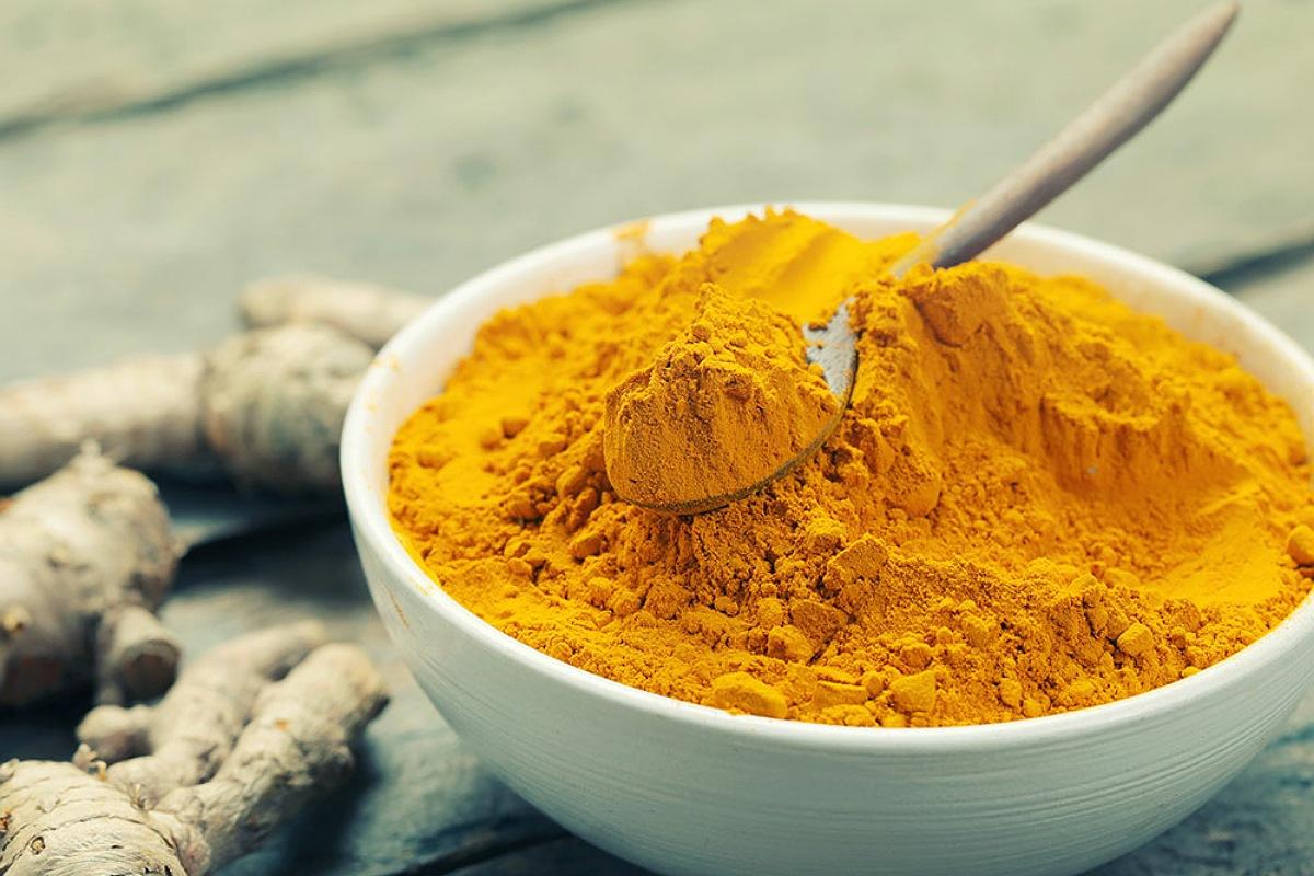 أفضل الأطعمة لبشرة صحية و مشرقة : إضافة توابل الكركم لطعامك للحصول على بشرة صحية
