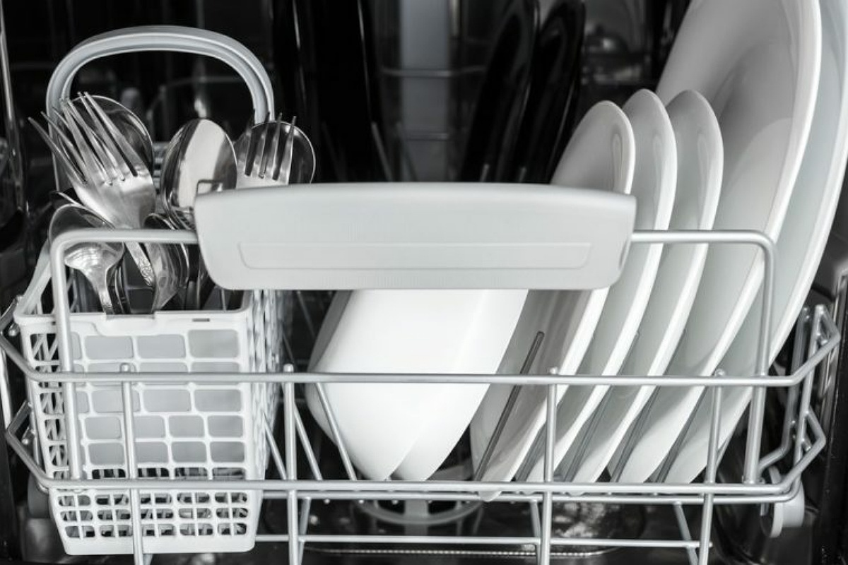 الأخطاء الشائعة في استخدام غسالة الأطباق : وضع أشياء حادة في الرفوف