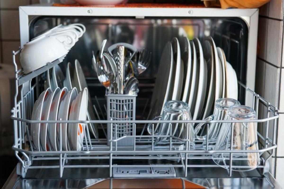 الأخطاء الشائعة في استخدام غسالة الأطباق : رص الغسالة بشكل غير صحيح