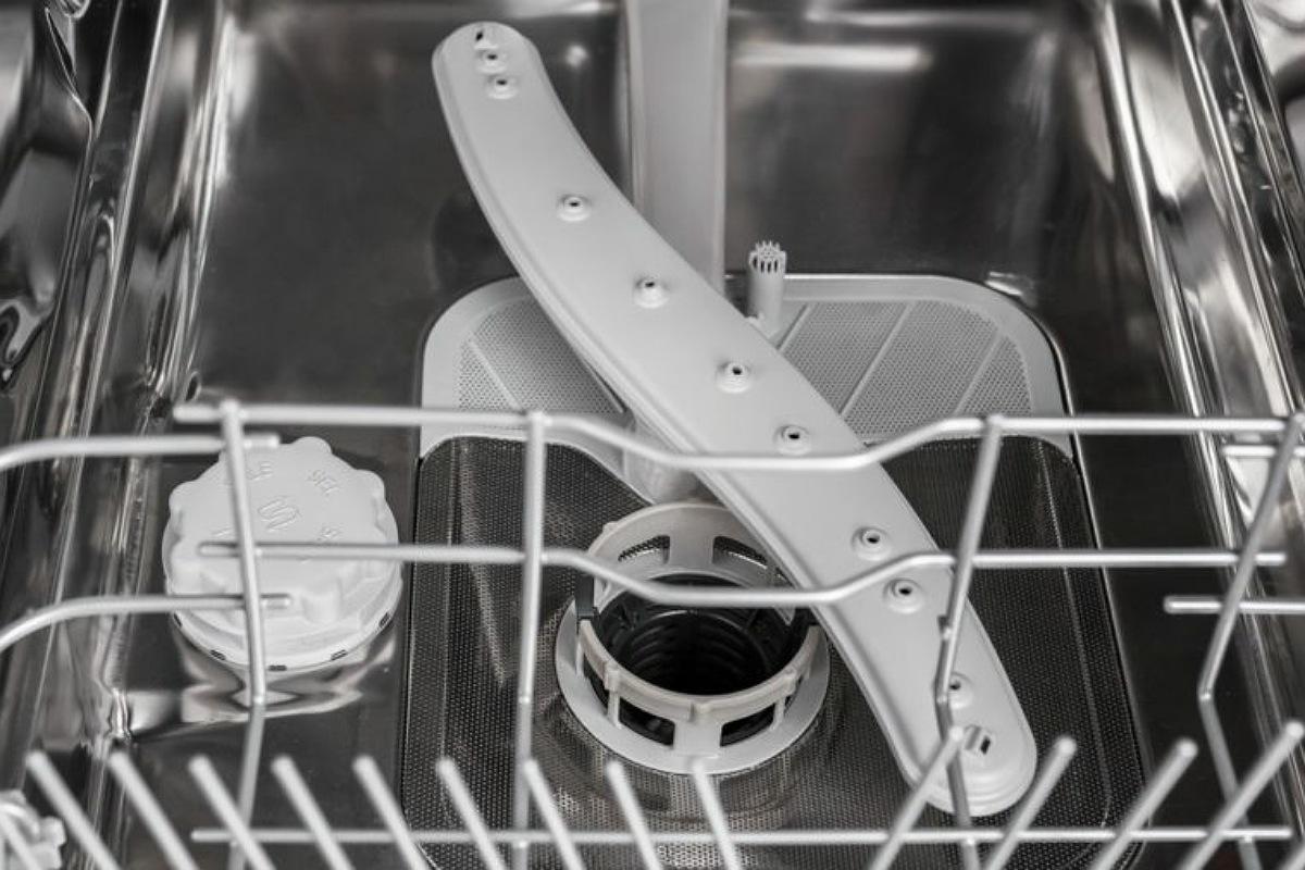 الأخطاء الشائعة في استخدام غسالة الأطباق : نسيان تركيب الفلتر بالغسالة بعد تنظيفه