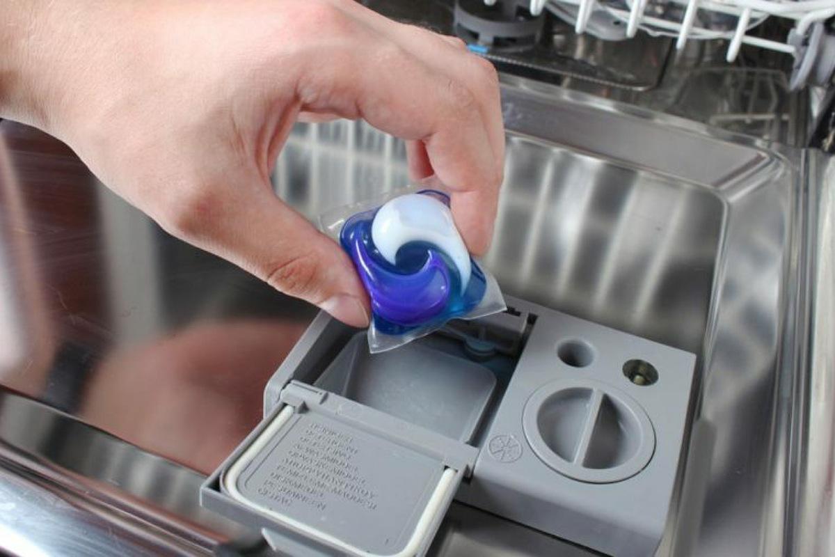 الأخطاء الشائعة في استخدام غسالة الأطباق : عدم تنظيف غسالة الأطباق نفسها