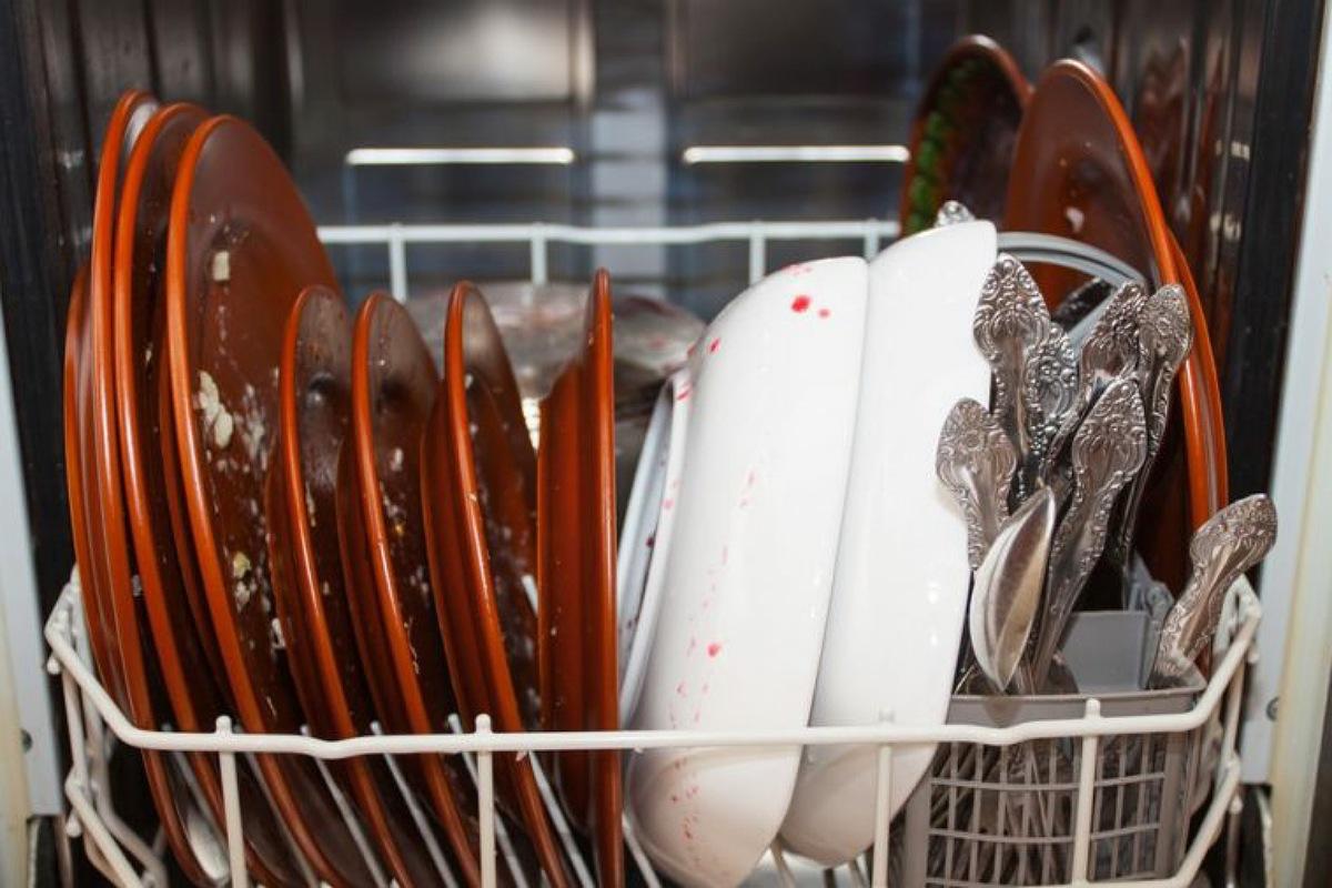 الأخطاء الشائعة في استخدام غسالة الأطباق : تحميل الغسالة بحمل زائد