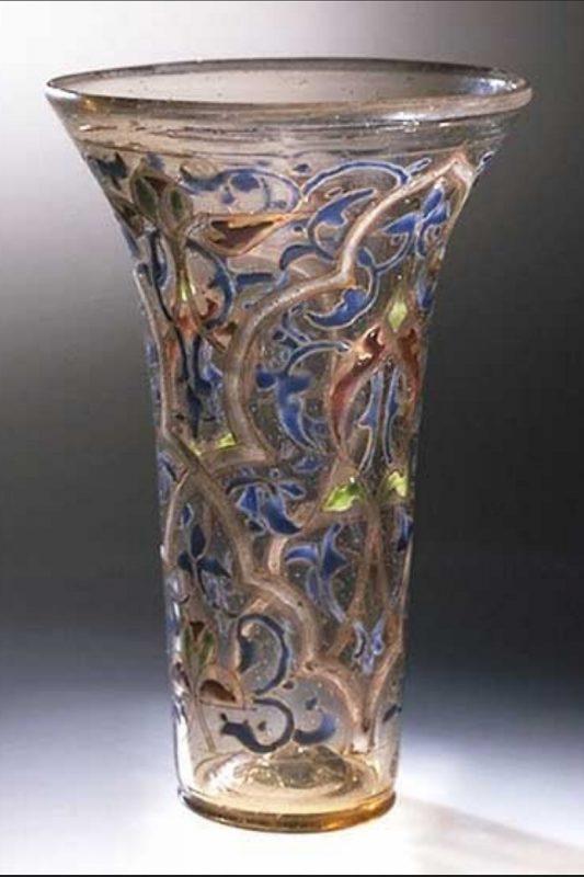 كوب سوري من الزجاج من القرن الثالث عشر