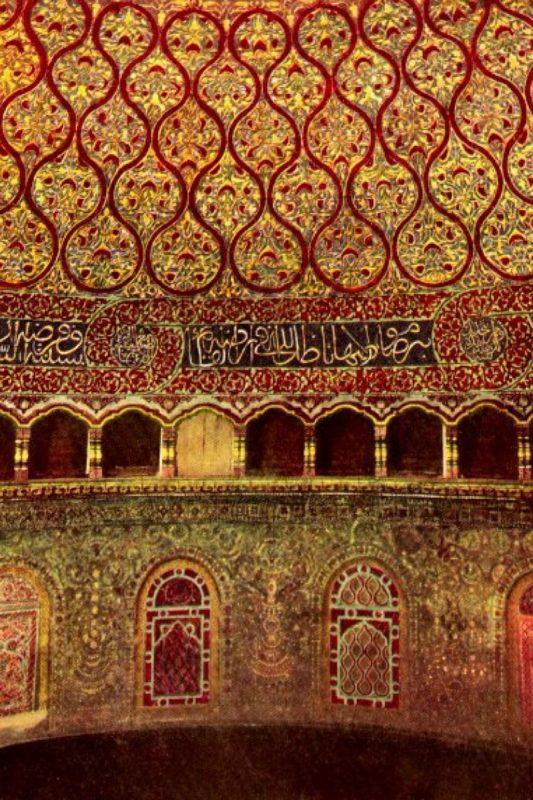 فنون الحضارة الإسلامية : منظر داخلي لقبة الصخرة يوضح أهمية الخط في الفن الإسلامي
