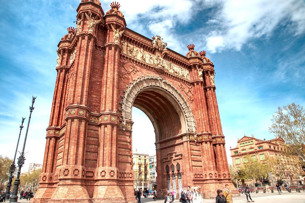 قوس النصر من أشهر الأماكن السياحية في برشلونة