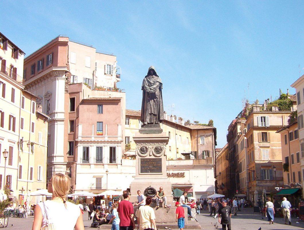 أفضل الأماكن السياحية في روما : ساحة كامبو دي فيوري