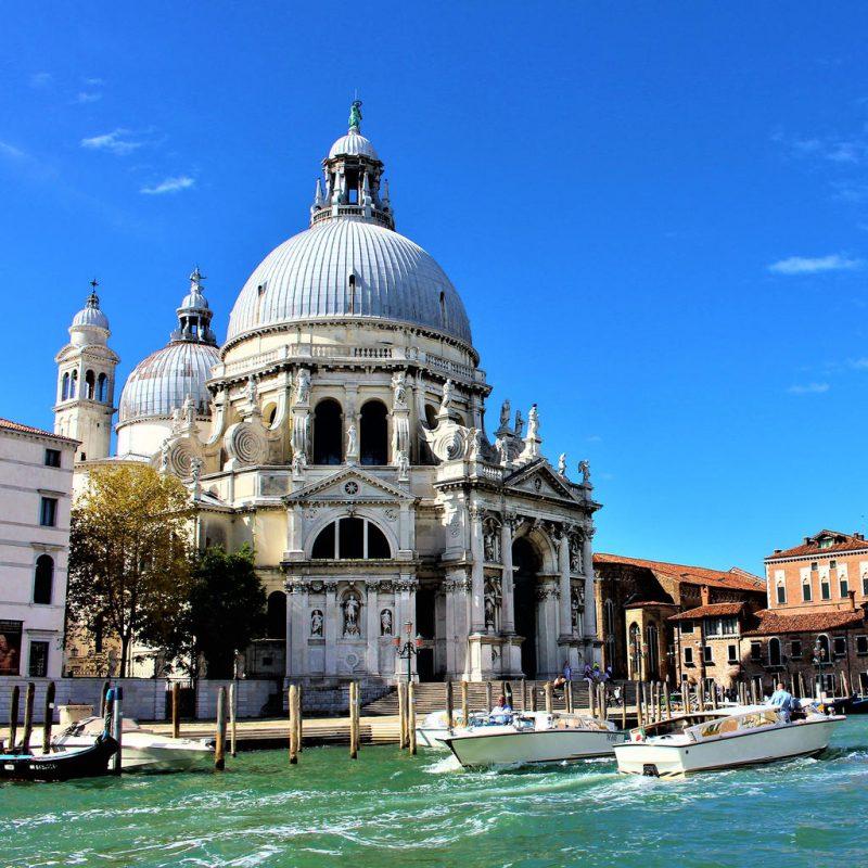كنيسة سانتا ماريا ديلا من أشهر الأماكن السياحية في البندقية إيطاليا