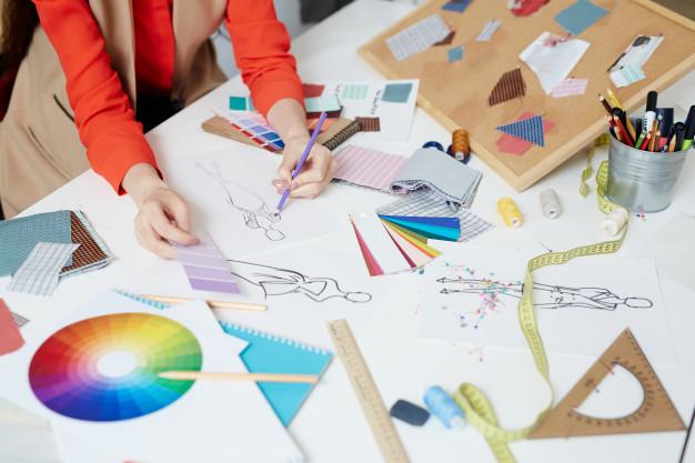 ما هي أهم المجالات التي تميز أي مصممة أزياء ؟