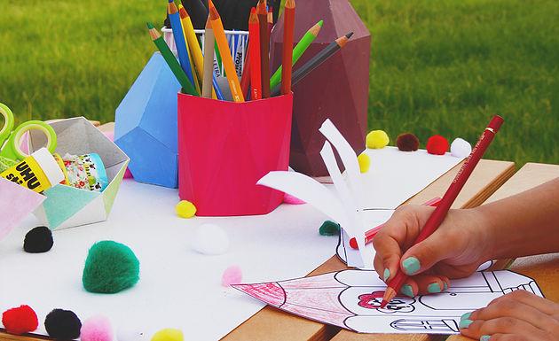 من الأنشطة المدرسية الرسم والتلوين
