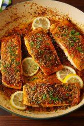 سمك السلمون مشوي من وجبات الكيتو دايت