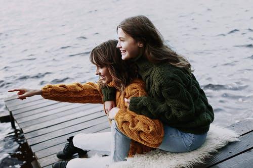 من طرق التعامل مع إبنتك المراهقة بأن لا تنتقدِ صديقاته