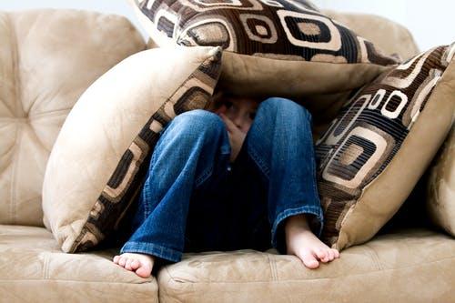 علامات تدل علي وجود بعض المشاكل النفسية عند الأطفال : الحديث عن الموت أو الإنتحار