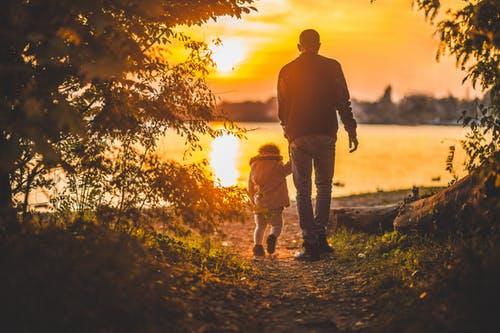 جعل لكل طفل وقت منفرد يساعد في تقوية و بناء علاقة إيجابية مع طفلك