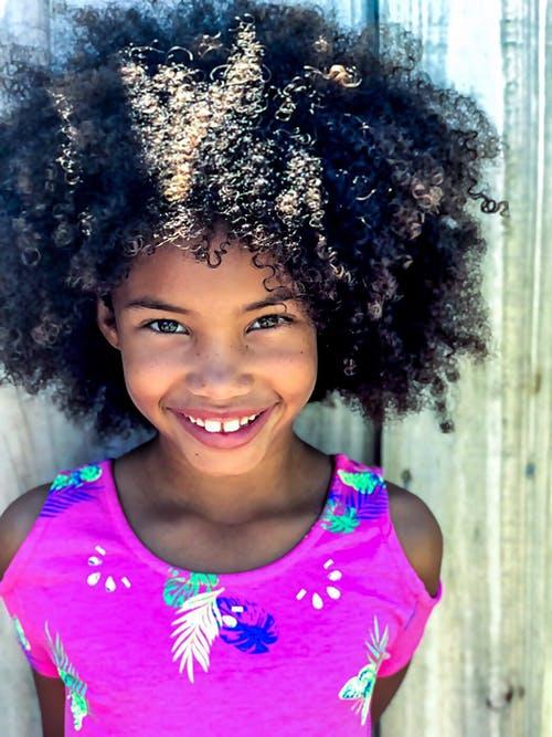 لا تحاولِ أن تعاندِ طبيعة شعر إبنتك