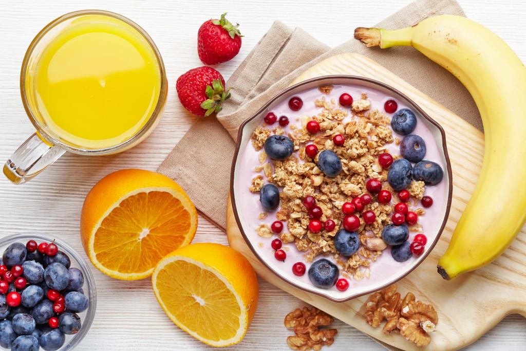 تناول فواكه غنية بمضادات الأكسدة مثل التوت والفراولة أثناء اتباع حمية الكيتو