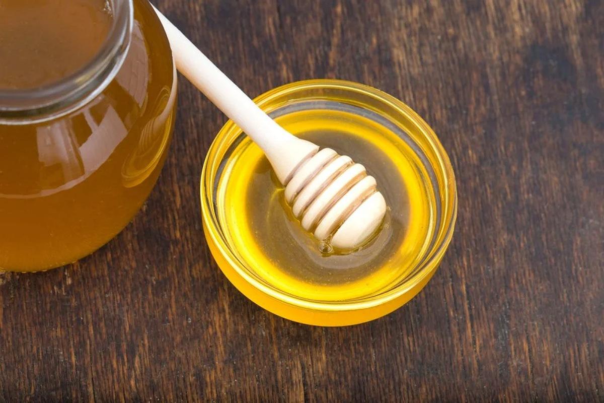 طرق التخلص من الفواق : تناول القليل من العسل