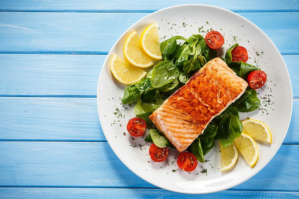 سمك السلمون المشوي مع زيت الزيتون و الجوز المحمص