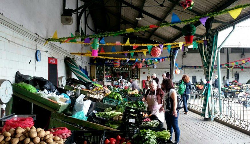 تسوق في الأسواق المحلية أثناء السفر