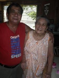 اليكس مع والدته قبل العلاج الكيميائى