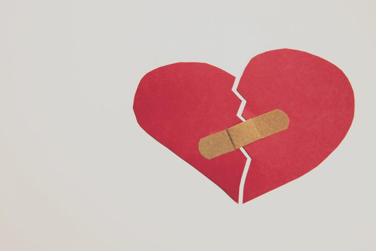 علامات إدمان الحب : الشعور بالضيق و الضجر عندما يحتاج حبيبك إلى مساحة صغيرة لنفسه
